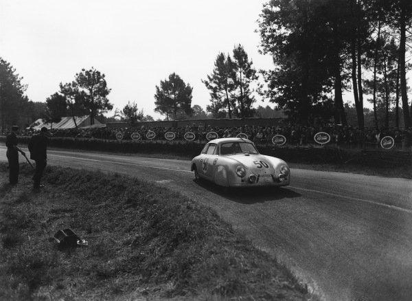 Le Mans, France. 14th - 15th June 1952 Auguste Veuillet/Edmond Mouche (Porsche 356/4), 11th position, action. World Copyright: LAT Photographic Ref: Autocar Glass Plate C32751.