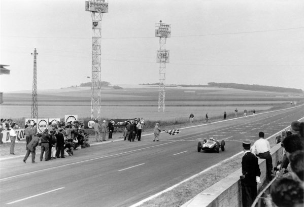 1960 French Grand Prix.Reims, France. 1-3 July 1960.Jack Brabham (Cooper T53-Climax), 1st position, takes the chequered flag.World Copyright: LAT PhotographicRef: Autosport b&w print