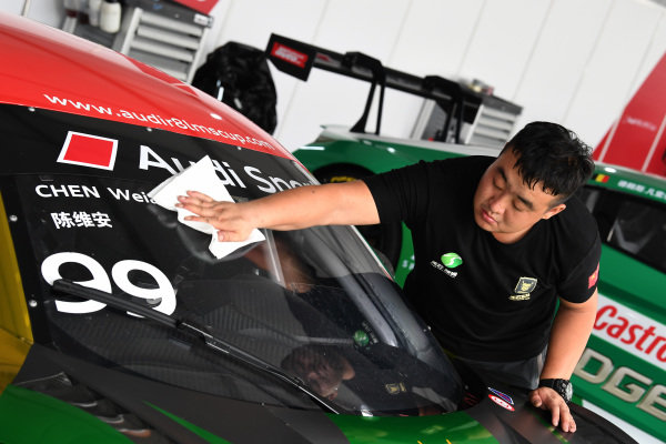 Mechanic cleans the front screen at Audi R8 LMS Cup, Rd7 and Rd8, Shanghai, China, 8-10 September 2017.
