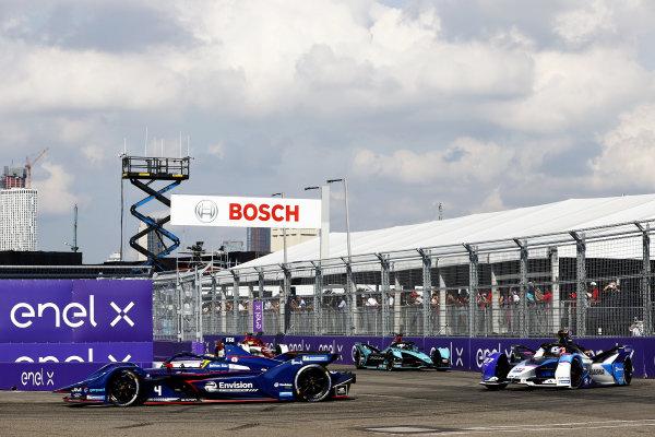 Robin Frijns (NLD), Envision Virgin Racing, Audi e-tron FE07, leads Jake Dennis (GBR), BMW I Andretti Motorsport, BMW iFE.21