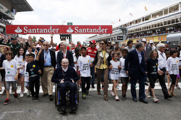 Circuit de Catalunya, Barcelona, Spain 12th May 2013 Children, team members, and drivers on the grid to promote the Safer Roads for All Campaign. Photo: Andrew Ferraro/LAT Photographic ref: Digital Image _79P4385