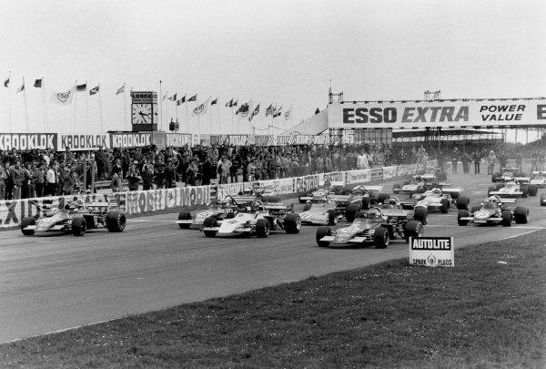 Thruxton, England. 3rd April 1972. Rd 2. Ronnie Peterson (March 722M - Ford BDF/Cosworth), 1st position, leads the field away at the start of Jochen Rindt Memorial Trophy race, action. World Copyright: LAT Photographic. Ref: 4362 - 22A.