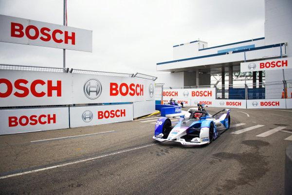 Maximilian Guenther (DEU), BMW I Andretti Motorsports, BMW iFE.21, leads Jake Dennis (GBR), BMW I Andretti Motorsport, BMW iFE.21