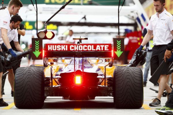 Carlos Sainz Jr., McLaren MCL34, i the pits during practice