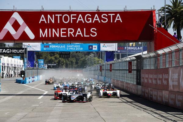 Sébastien Buemi (CHE), Nissan e.Dam, Nissan IMO1, leads Pascal Wehrlein (DEU), Mahindra Racing, M5 Electro and Daniel Abt (DEU), Audi Sport ABT Schaeffler, Audi e-tron FE05