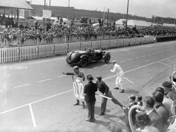 Pierre Louis-Dreyfus / Henri Stoffel, Alfa Romeo 8C 2300 Monza, passes the pits.