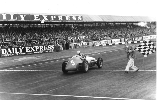 Silverstone, England. 16-18 July 1953.Alberto Ascari (Ferrari 500) takes the chequered flag for 1st position.Published-Autocar 24/7/1953 p108.World Copyright - LAT Photographic