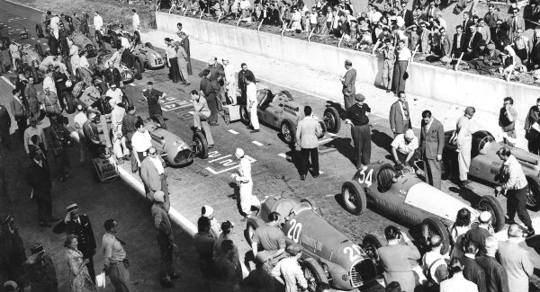 Reims-Gueux, France.17 July 1949.Luigi Villoresi (number 20, Ferrari 125), Juan Manuel Fangio (Maserati 4CLT/48) and Louis Rosier (Lago-Talbot T26C) are on the front row as the grid prepares for the start.Published-Autocar 30/12/1949 p1482.World Copyright - LAT Photographic