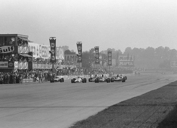 The Flag is down. Peter Gethin(GBR) BRM P160 is just ahead of Ronnie Peterson(SWE), Francois  Cevert(FRA) and Mike Hailwood(GBR). They were only 18/100ths sec apart
