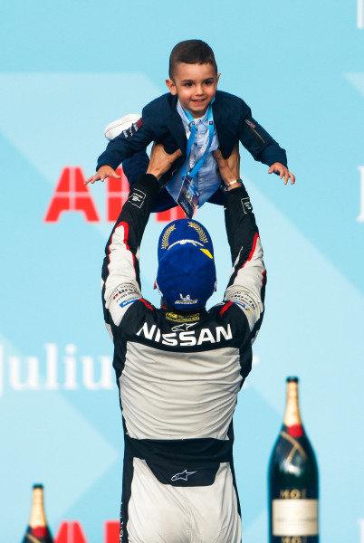 Sébastien Buemi (CHE), Nissan e.Dams, lifts his son on the podium