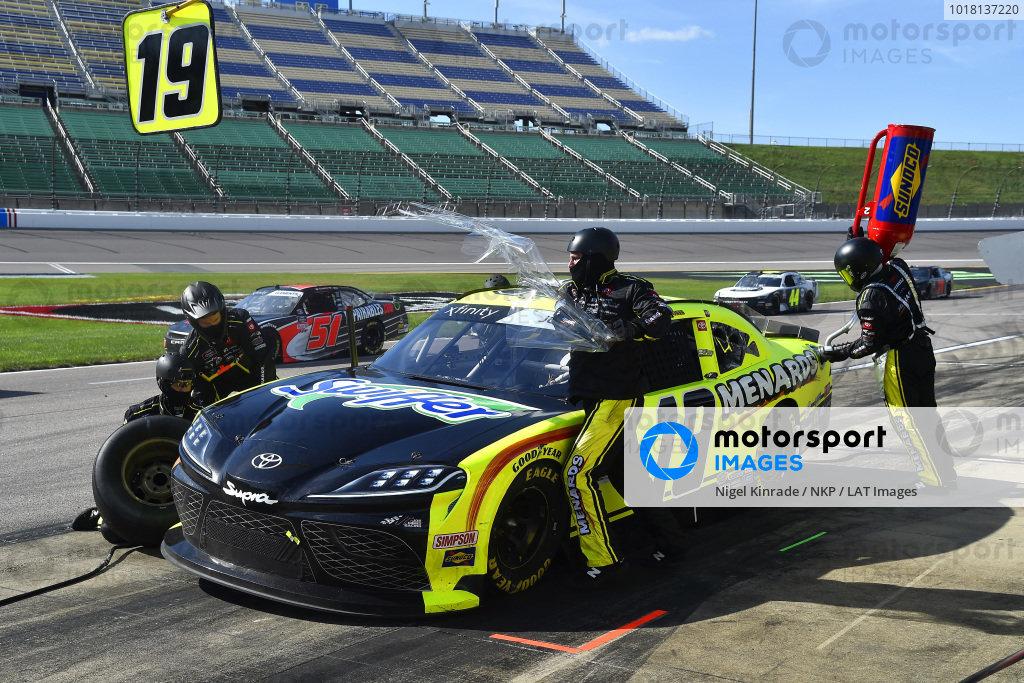 #19: Brandon Jones, Joe Gibbs Racing, Menards/Swiffer Toyota Supra pit stop
