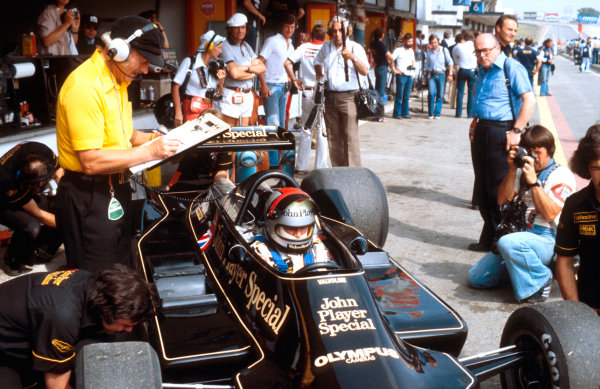 1978 Spanish Grand Prix.Jarama, Madrid, Spain.2-4 June 1978.Mario Andretti (Lotus 79 Ford) with Team Lotus boss Colin Chapman alongside.Ref-78 ESP 02.World Copyright - LAT Photographic