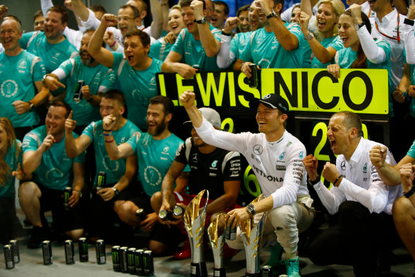Marina Bay Circuit, Marina Bay, Singapore. Sunday 18 September 2016. Nico Rosberg, Mercedes AMG celebrates with his team after winning the race. World Copyright: Andrew Hone/LAT Photographic ref: Digital Image _ONY8718