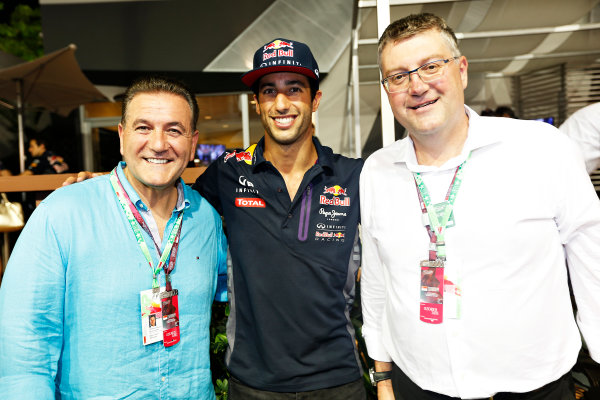 Marina Bay Circuit, Singapore. Saturday 19 September 2015. Daniel Ricciardo, Red Bull Racing, with the Honorable John Eren, Minister for Tourism and Major Events, Victorian Government Australia, and John Harnden, CEO, Australian Grand Prix Corporation. World Copyright: Alastair Staley/LAT Photographic ref: Digital Image _79P2483