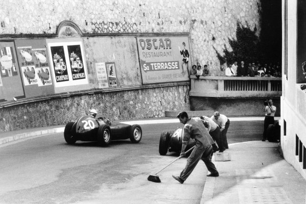 1959 Monaco Grand Prix Monte Carlo, Monaco. 10 May 1959 Ron Flockhart, #20 BRM P25, retired, passes Harry Schell, BRM P25, retired, action World Copyright: LAT PhotographicRef: Autosport b&w print. Published: Autosport, 22/5/1959 p655