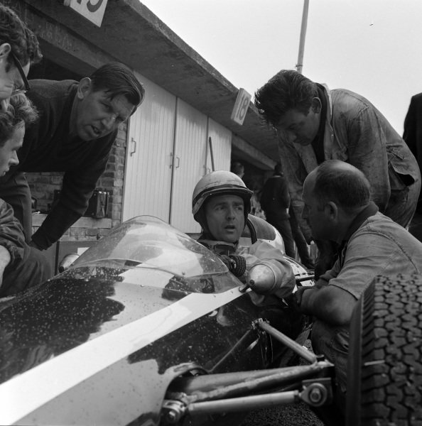 Phil Hill, Cooper T73 Climax, surrounded by mechanics.