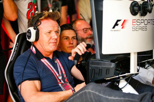 Yas Marina Circuit, Abu Dhabi, United Arab Emirates. Sunday 26 November 2017. Gordon Ramsay tries the E-Sports simulators. World Copyright: Andy Hone/LAT Images  ref: Digital Image _ONY3258
