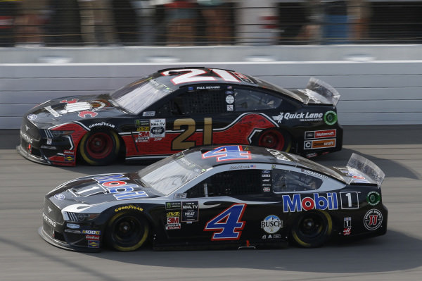 #4: Kevin Harvick, Stewart-Haas Racing, Ford Mustang Mobil 1 #21: Paul Menard, Wood Brothers Racing, Ford Mustang Master Techs/Quick Lane Tire & Auto Center