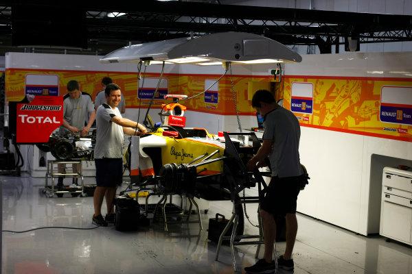 Suzuka Circuit, Suzuka, Japan.2nd October 2009.The Renault team work late into the evening in their garage.World Copyright: Charles Coates/LAT Photographicref: Digital Image _26Y1073