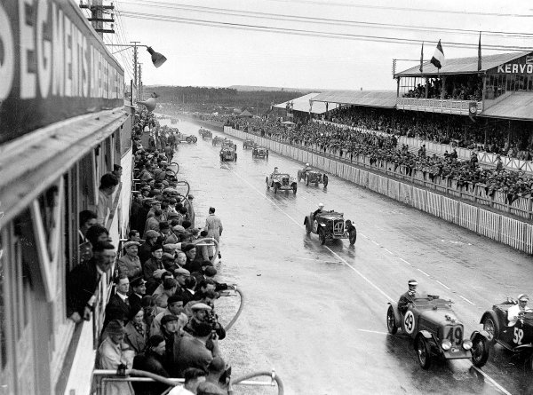Le Mans, France. 15-16 June 1935.Raymond Gaillard/Maurice Aime (number 52) leads Donald Barnes/Tommy Wisdom and Ian Connell/Nevil Lloyd (all Singer Nine) at the start.Ref-Motor 800/101.World Copyright - LAT Photographic