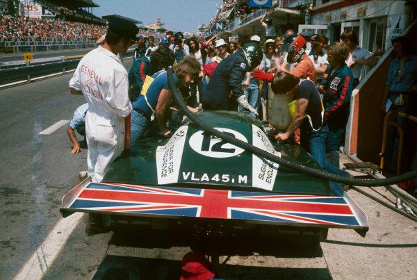 Le Mans, France. 12 - 13 June 1976 Alain De Cadenet/Chris Craft, (De Cadenet Lola T380), 3rd position, driver change in the pits, action World Copyright: LAT PhotographicRef: 76LM37.