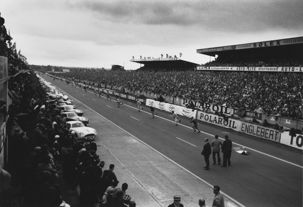 Le Mans, France. 25th - 26th June 1960. Start of the race as the drivers run to their cars, action. World Copyright: LAT Photographic. Ref:  10661B - 17.