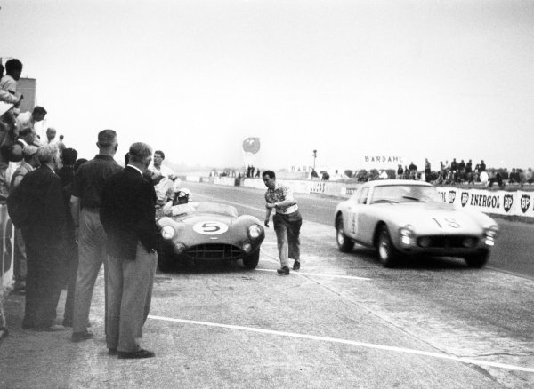 1959 Le Mans 24 hours.Le Mans, France. 20-21 June 1959.Roy Salvadori/Carroll Shelby (Aston Martin DBR1), 1st position, pits as the Andre Pilette/George Arents (Ferrari 250 GTB E), 6th position, passes in the pit lane, action.World Copyright: LAT PhotographicRef: 579#21a.