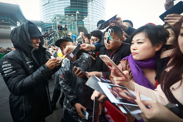 Shanghai International Circuit, Shanghai, China.  Thursday 6 April 2017. Lewis Hamilton, Mercedes AMG, signs autographs for fans. World Copyright: Steve Etherington/LAT Images ref: Digital Image SNE15976