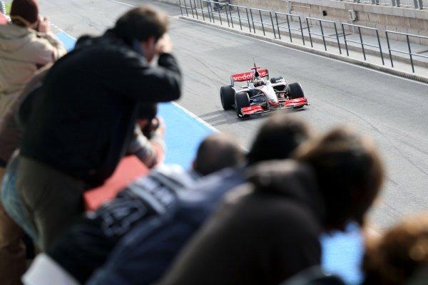 Fans watch Pedro De La Rosa (ESP) McLaren Test Driver. Formula One Testing, Day Three, Algarve Motor Park, Portimao, Portugal, 17 December 2008.