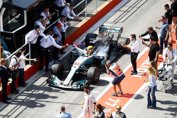 Circuit Gilles Villeneuve, Montreal, Canada. Sunday 11 June 2017. Lewis Hamilton, Mercedes F1 W08 EQ Power+, carries a Union flag in the pit lane, and celebrates victory with Niki Lauda, Non-Executive Chairman, Mercedes AMG, and Toto Wolff, Executive Director (Business), Mercedes AMG.  World Copyright: Steven Tee/LAT Images ref: Digital Image _O3I9976