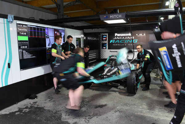 A front wing change on Mitch Evans' (NZL), Panasonic Jaguar Racing, Jaguar I-Type 3