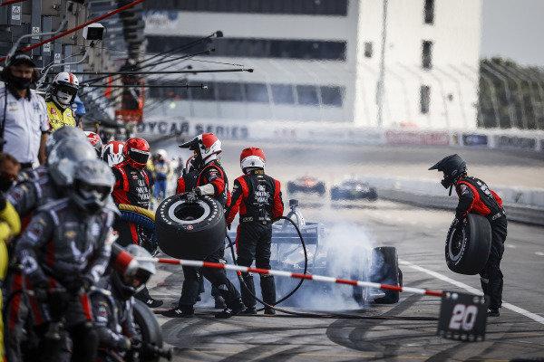#14: Tony Kanaan, A.J. Foyt Enterprises Chevrolet, pit stop