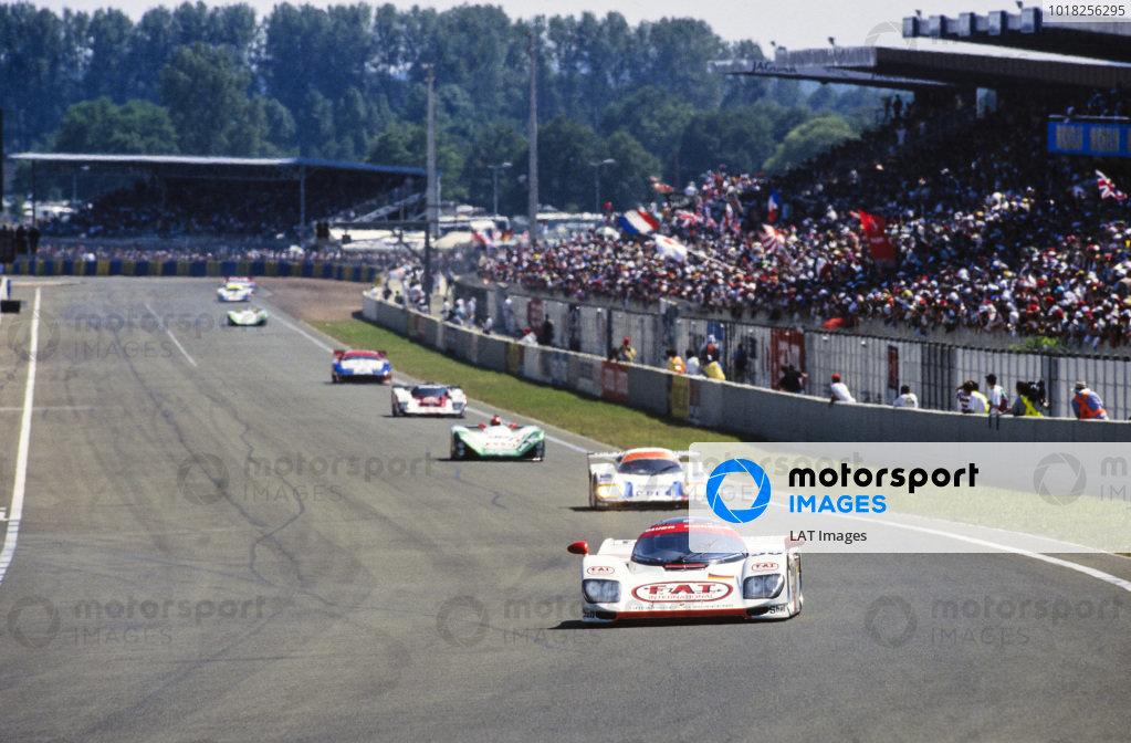 Yannick Dalmas / Hurley Haywood / Mauro Baldi, Le Mans Porsche Team, Dauer Porsche 962 GT LM - Porsche 935/82, leads a group of cars.