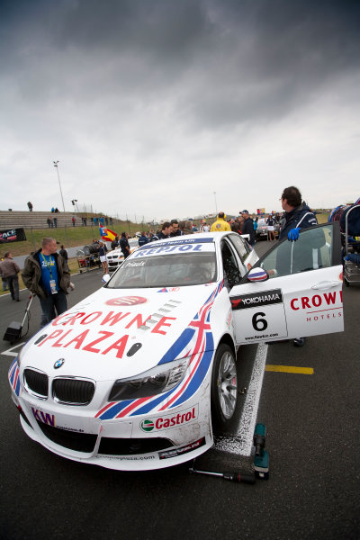 Oschersleben, Germany. 4th - 6th September 2009. Andy Priaulx, BMW 320si on the grid. Atmosphere. World Copyright: Drew Gibson/LAT Photographic.ref: Digital Image _Y2Z9829