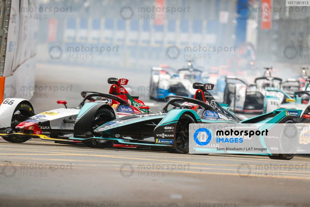 Daniel Abt (DEU), Audi Sport ABT Schaeffler, Audi e-tron FE05 battles with Mitch Evans (NZL), Panasonic Jaguar Racing, Jaguar I-Type 3