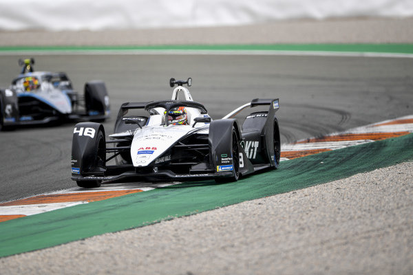 Edoardo Mortara (CHE), Venturi Racing, Silver Arrow 02, leads Stoffel Vandoorne (BEL), Mercedes Benz EQ, EQ Silver Arrow 02
