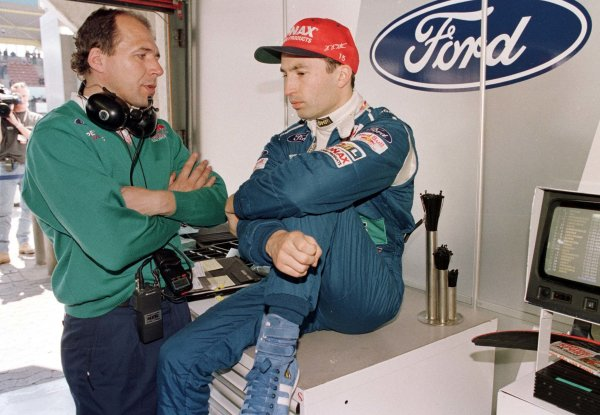 1996 European Grand Prix.Nurburgring, Germany.26-28 April 1996.Heinz-Harald Frentzen (Sauber Ford) and his engineer discuss tactics.World Copyright - LAT Photographic