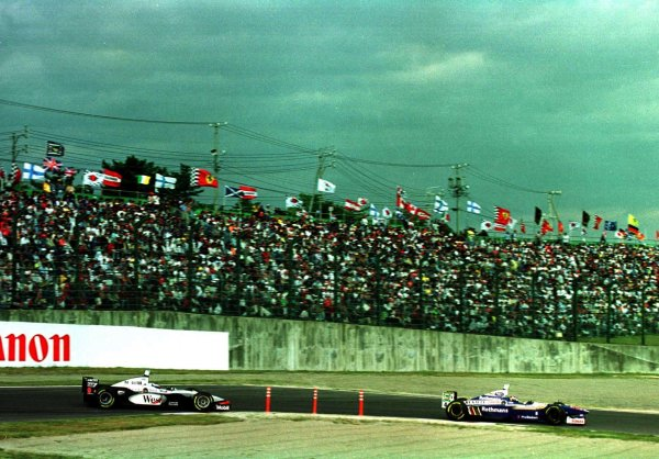 1997 Japanese Grand Prix.Suzuka, Japan.10-12 October 1997.Heinz-Harald Frentzen (Williams FW19 Renault) leads Mika Hakkinen (McLaren MP4/12 Mercedes-Benz). They finished in 2nd and 4th positions respectively.World Copyright - LAT Photographic