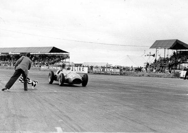 1952 British Grand Prix. Silverstone, England. 17-19 July 1952. Alberto Ascari (F2 Ferrari 500) takes the chequered flag for 1st position. World Copyright - LAT Photographic