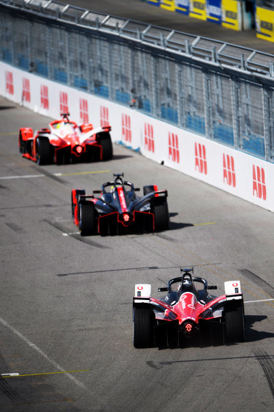 Oliver Rowland (GBR), Nissan e.Dams, Nissan IMO2, leads Andre Lotterer (DEU), Tag Heuer Porsche, Porsche 99X Electric