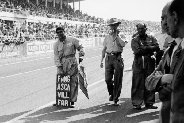 1951 French Grand Prix.Reims-Gueux, France. 1 July 1951.An Alfa Romeo mechanic shows his drivers the pit board. Ref-51/34 #12.World Copyright - LAT Photographic