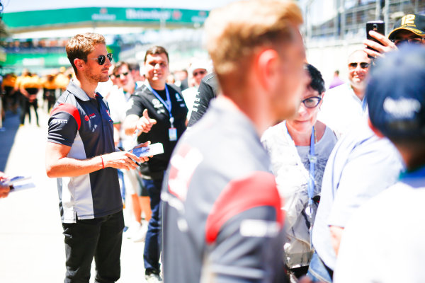 Interlagos, Sao Paulo, Brazil. Sunday 12 November 2017. Romain Grosjean, Haas F1, signs autographs for fans. World Copyright: Andy Hone/LAT Images  ref: Digital Image _ONZ5554