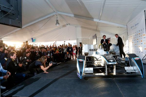 5-6 January, 2014, Las Vegas, Nevada USA Dr. Paul E. Jacobs, Chairman and CEO of Qualcomm Incorporated, and Alejandro Agag, CEO Formula E Holdings, unveil the new Spark-Renault SRT_01E Formula E car ©2014, Lesley Ann Miller LAT Photo USA