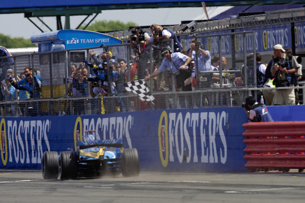Fernando Alonso, Renault R26 takes the chequered flag for victory.