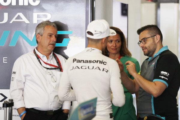 Mitch Evans (NZL), Panasonic Jaguar Racing talks with Gerd Mäuser, Chairman, Panasonic Jaguar Racing and Amanda Stretton in the garage