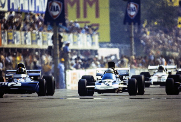 Mike Hailwood, Surtees TS9 Ford alongside François Cevert, Tyrrell 002 Ford.