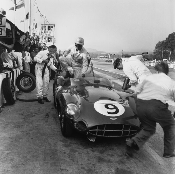 Goodwood, England. 13th September 1958 Roy Salvadori/Jack Brabham (Aston Martin DBR1/30), 2nd position,  pit stop, action. World Copyright: LAT Photographic Ref:  1383.