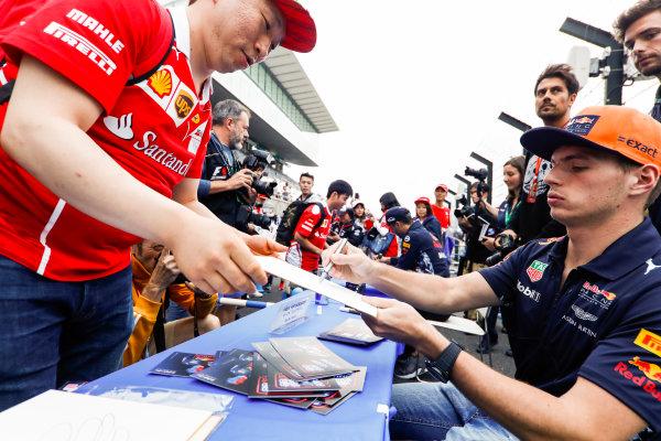 Suzuka Circuit, Japan. Thursday 05 October 2017. Max Verstappen, Red Bull Racing, signs an autograph. World Copyright: Glenn Dunbar/LAT Images  ref: Digital Image _X4I4682