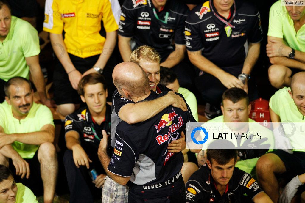 Marina Bay Circuit, Singapore. Sunday 22nd September 2013.  Sebastian Vettel hugs Adrian Newey during the Red Bull Racing celebration team photo.  World Copyright: Jed Leicester/LAT Photographic. ref: Digital Image _JEL3288
