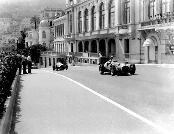 1950 Monaco Grand Prix.Monaco, Monte Carlo. 21st May 1950.Alberto Ascari leads Raymond Sommer (Ferrari 125). Ref-C26723.World Copyright: LAT Photographic